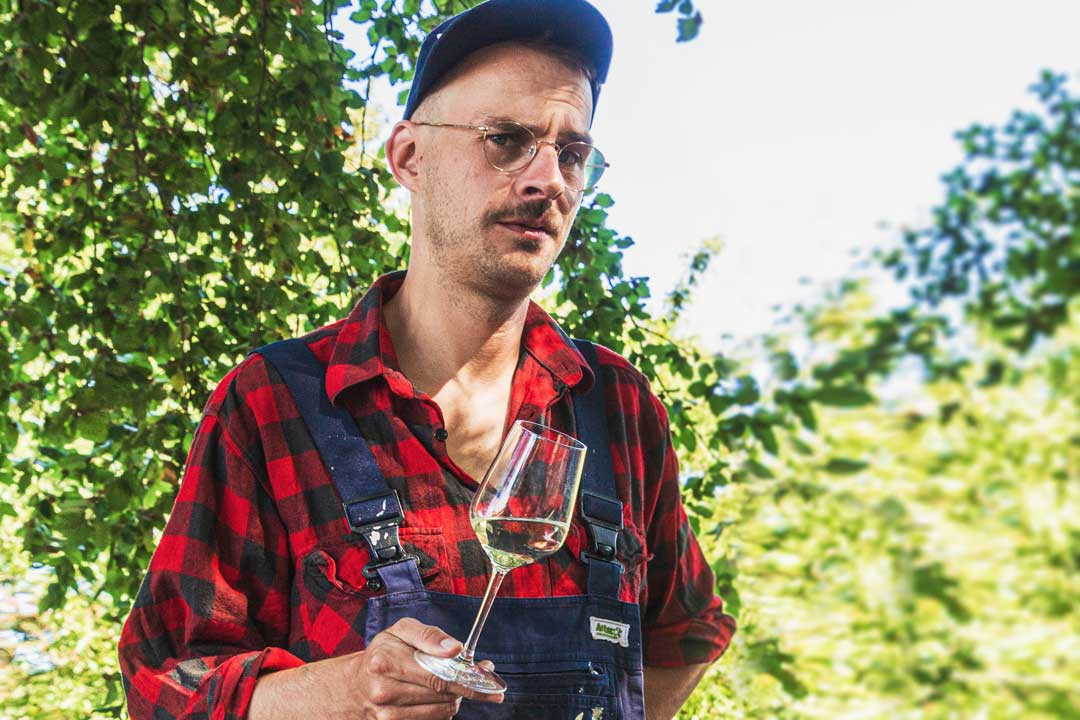 Verrücktes Bild von Hannes im Blaumann mit einem Weinglas
