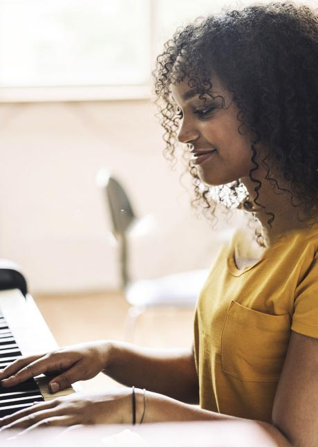 ZN Case: Skoove App, Frau spielt Klavier