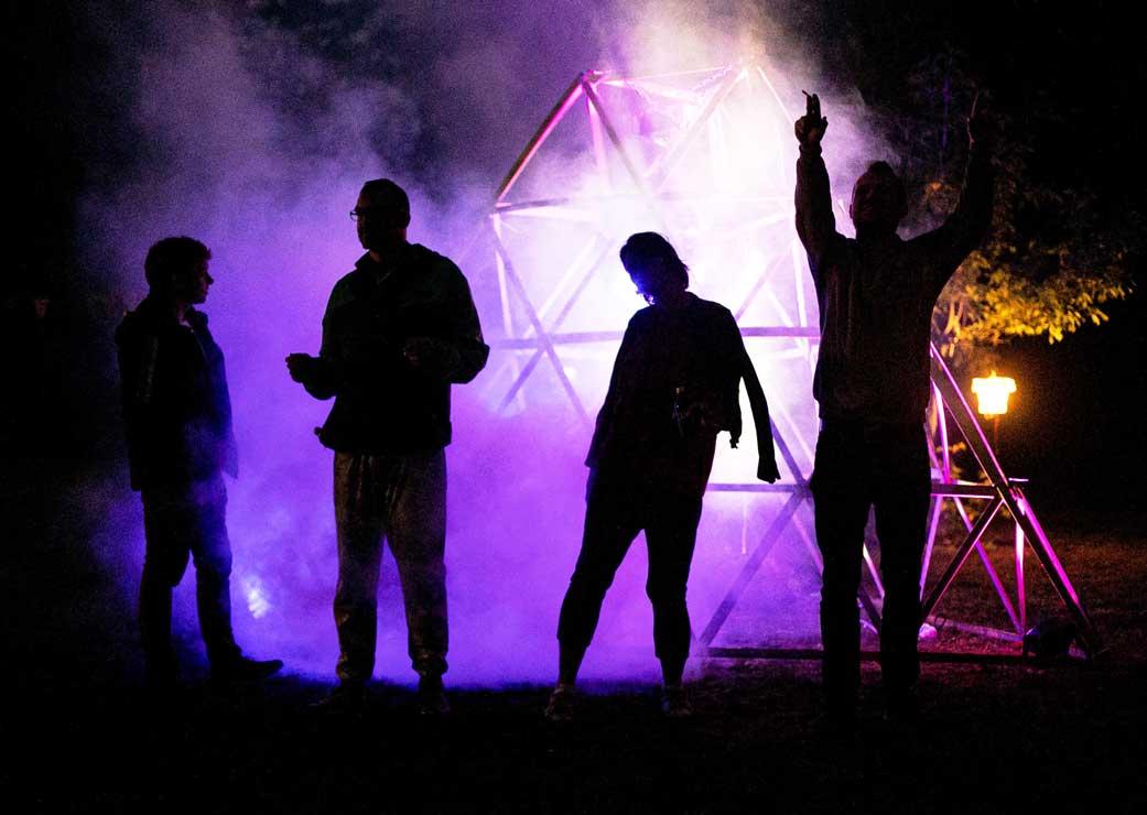 ZN Original: Wasteless Open Air, Tag der Veranstaltung, feiernde Menschen vor Nebel-Pyramide